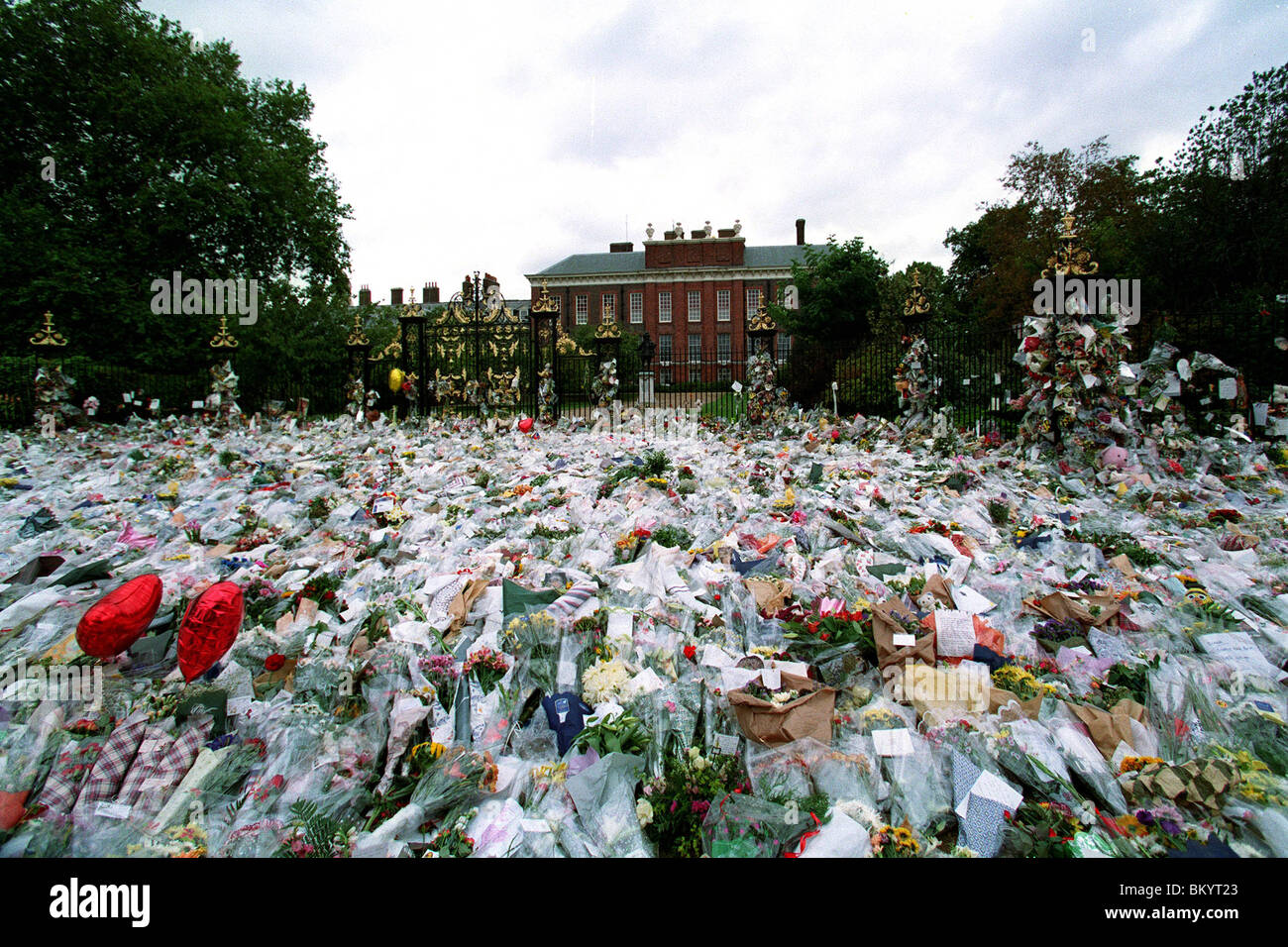 FLORAL TRIBUTES TO DIANA OUTSIDE KENSINGTON PALACE 14 September 1997 - Stock Image