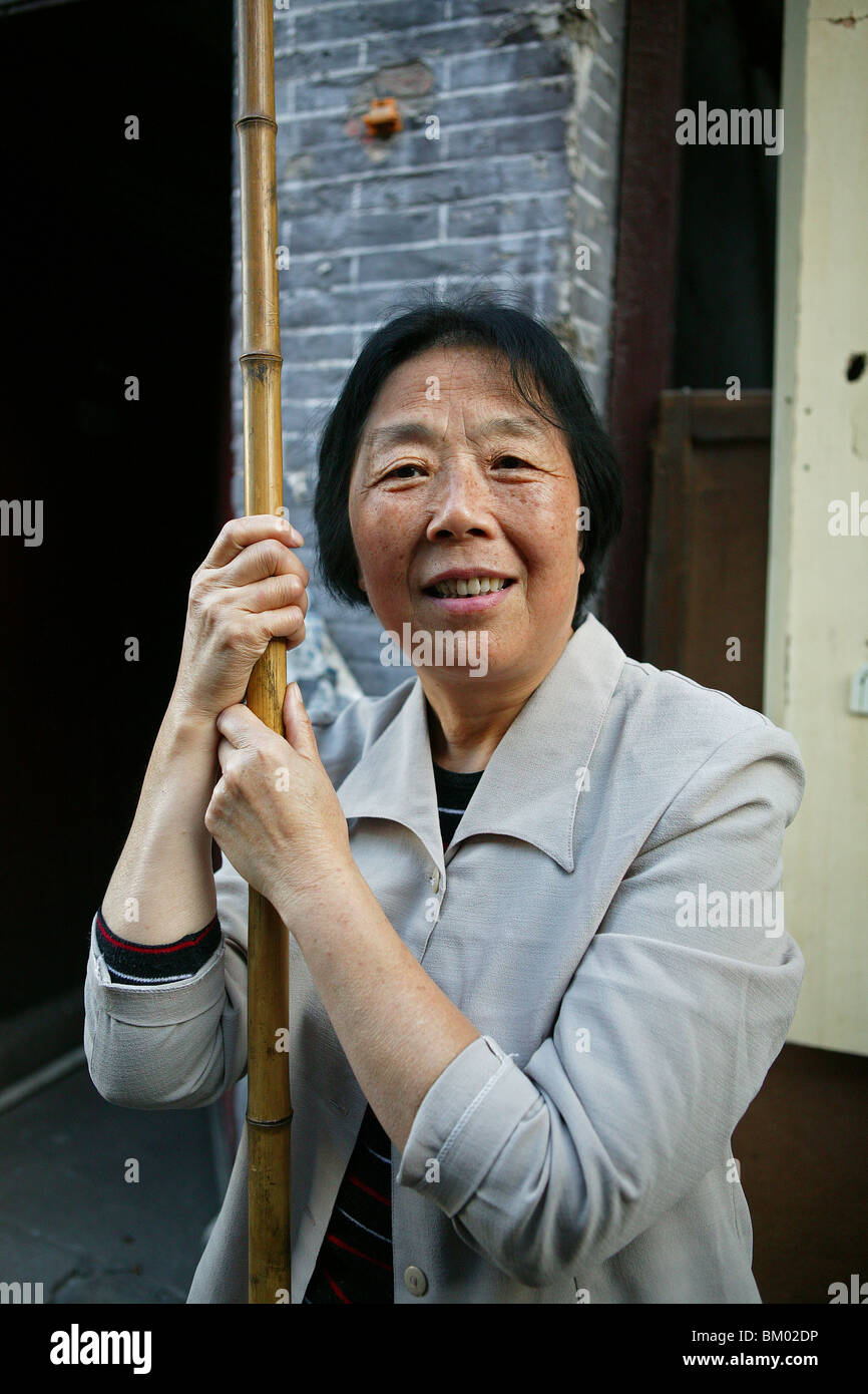 demolitian Hongkou, Last resident of a demolished quarter, refusing resettlement, redevelopment area, living amongst - Stock Image