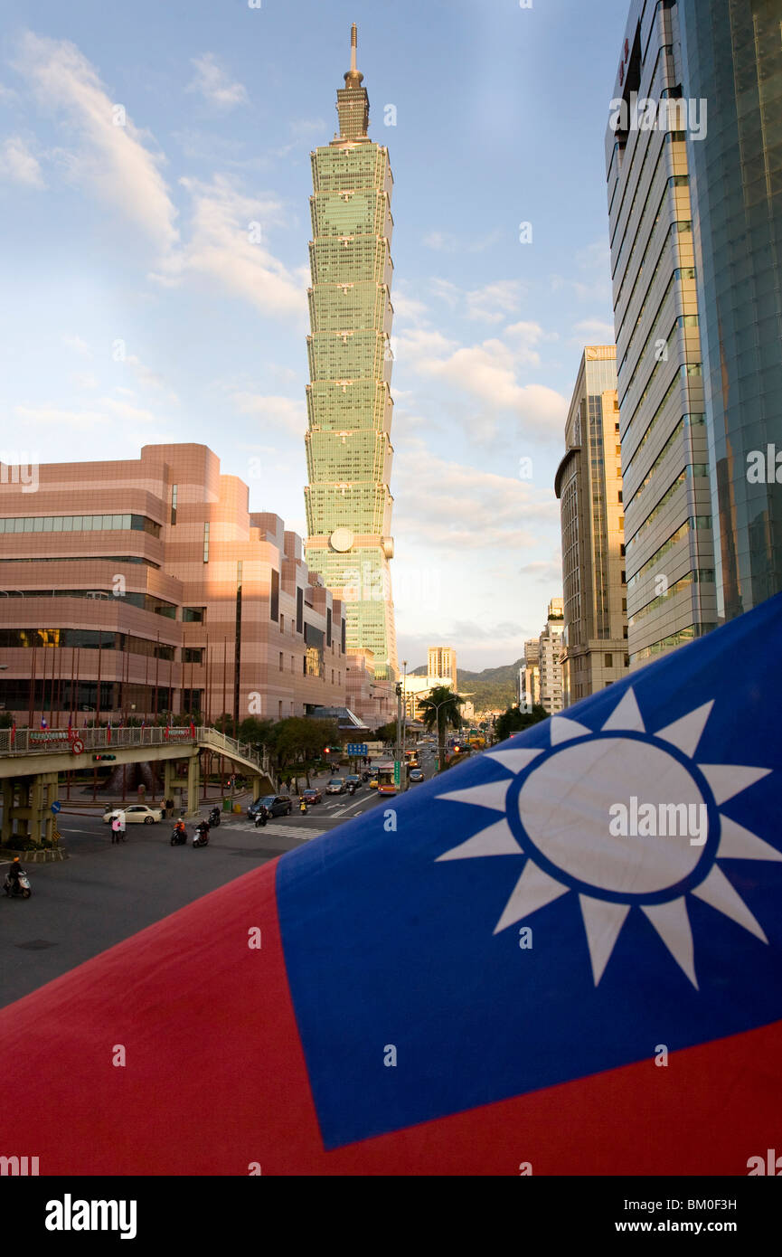 City centre, view to skyscraper Taipei 101 and national flag of Taiwan, Taipeh, Republic of China, Taiwan, Asia - Stock Image