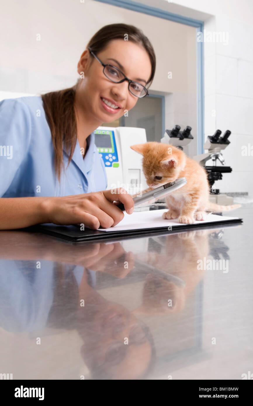 Female vet writing a prescription - Stock Image