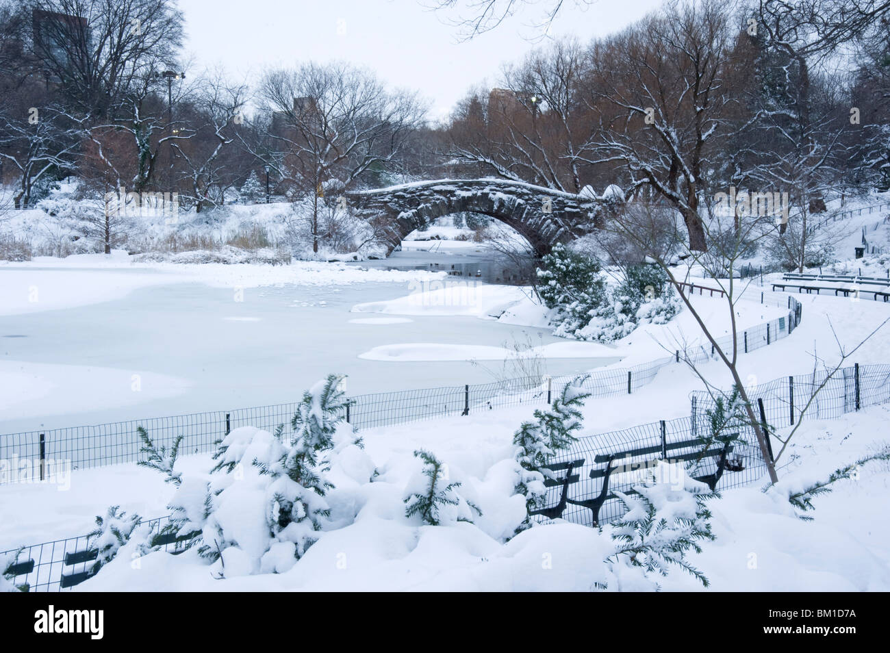 An early morning view of the Gapstow Bridge after a snowfall in Central Park, Manhattan, New York City, New York - Stock Image