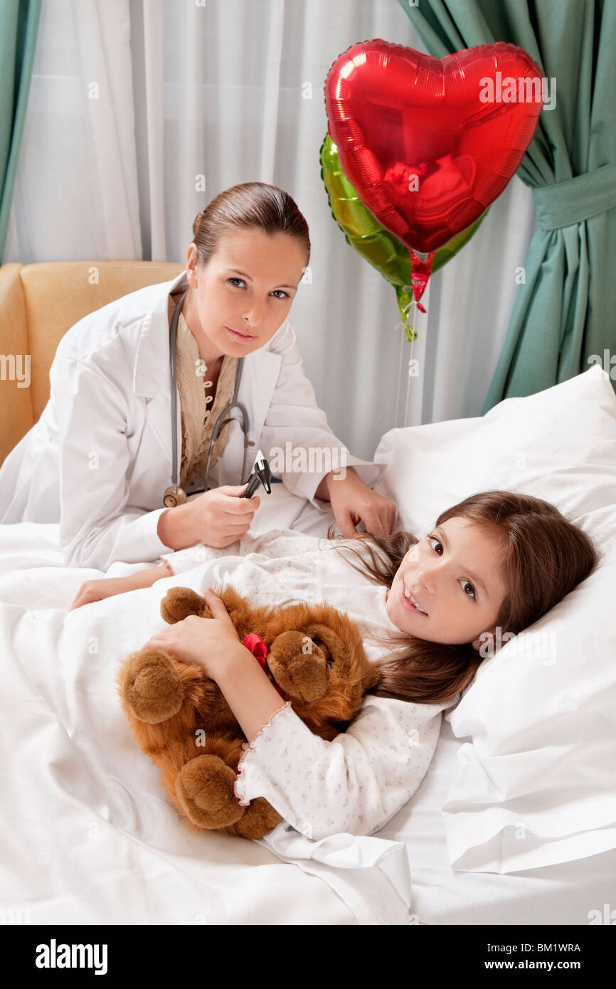 Female doctor with a girl in a hospital ward - Stock Image