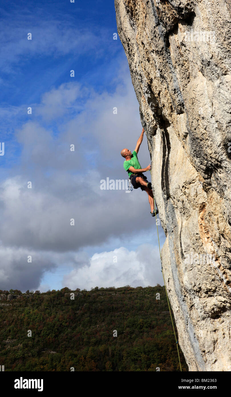 A climber tackles a very difficult rock climb in the Gorge d'Aveyron, near St. Antonin and Gaillac, Massif Central, - Stock Image