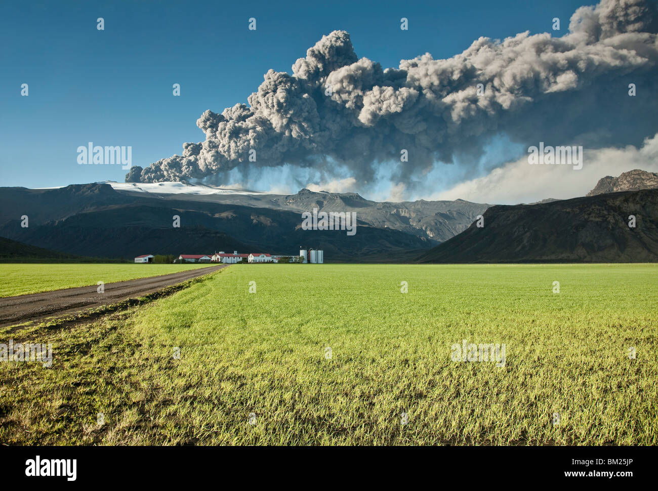 Ash cloud from the Eyjafjallajokull eruption in Iceland towering over a nearby farm - Stock Image