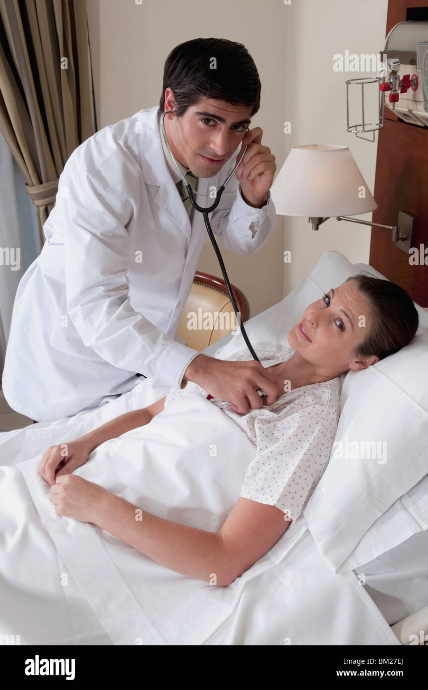 Doctor examining a woman - Stock Image