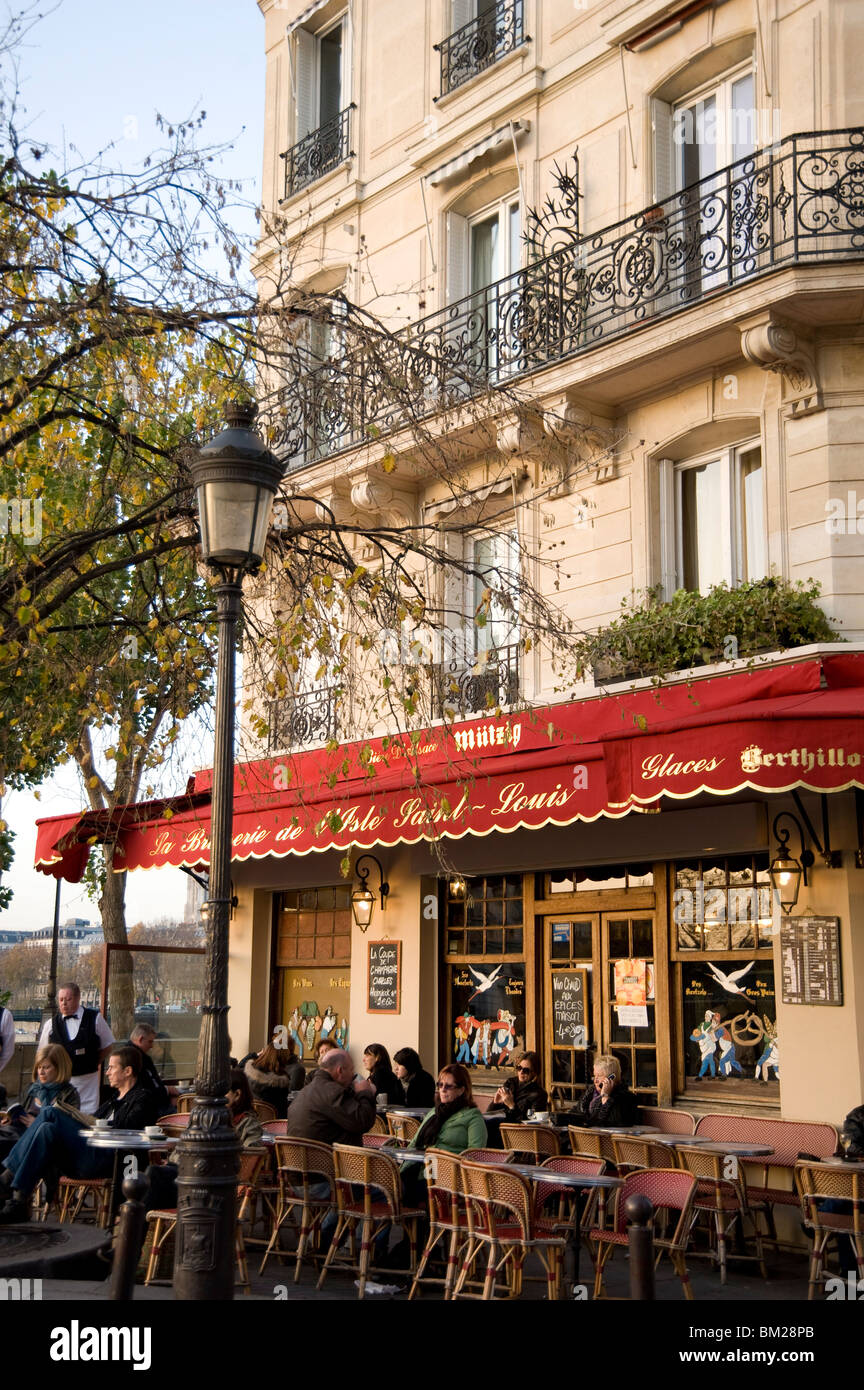 People sitting outside a Brasserie on the Ile St. Louis, Paris, France - Stock Image
