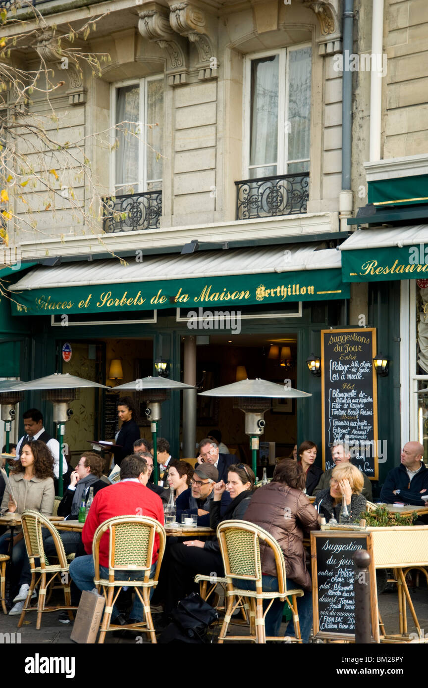 People sitting outside a cafe on the Ile St. Louis, Paris, France - Stock Image