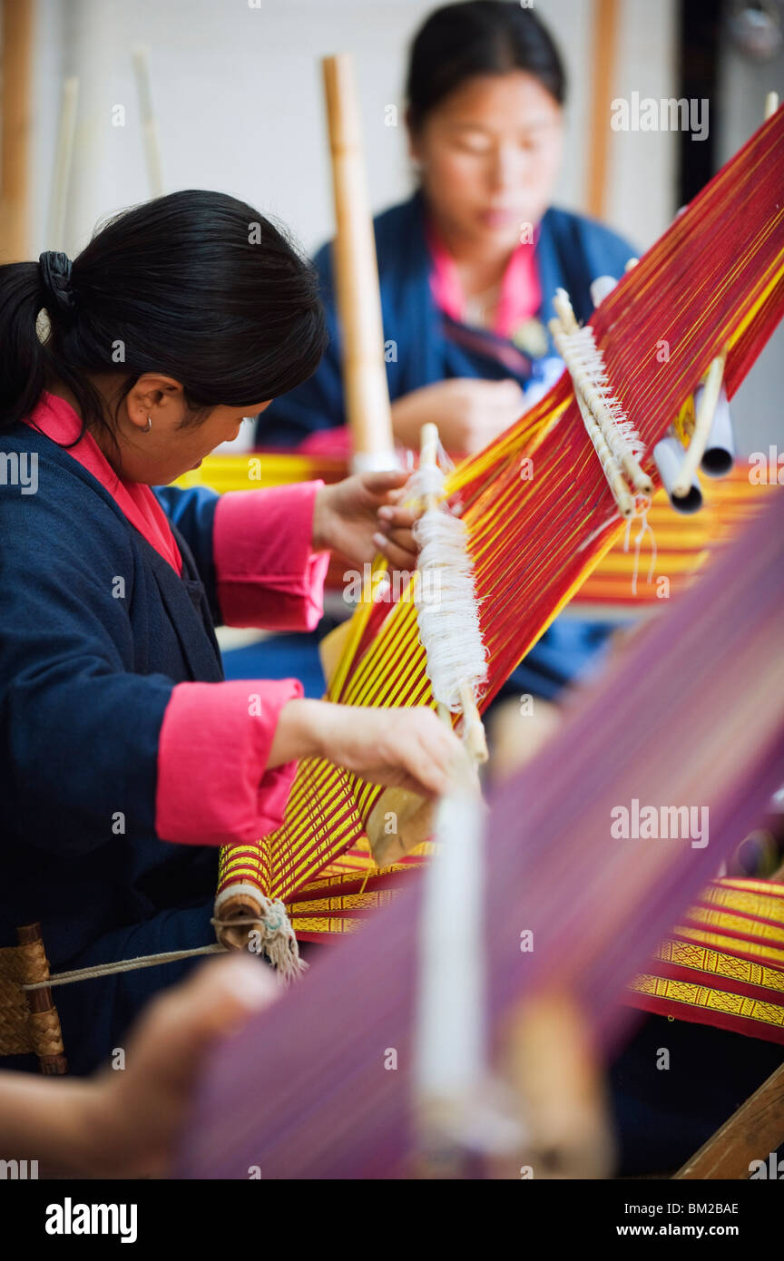 Weavers at the National Institute for Zorig Chusum Pedzoe, (Painting School), Thimphu, Bhutan - Stock Image