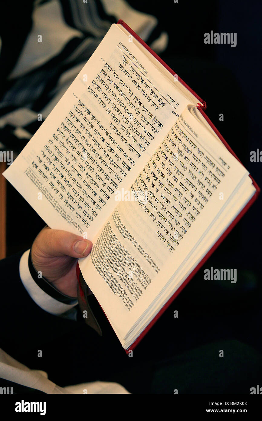 Jew reading Patah Eliahou prayer book, Paris, France - Stock Image