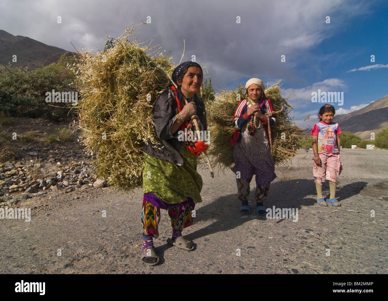 Farmers with harvested hay, Wakhan Valley, Tajikistan - Stock Image