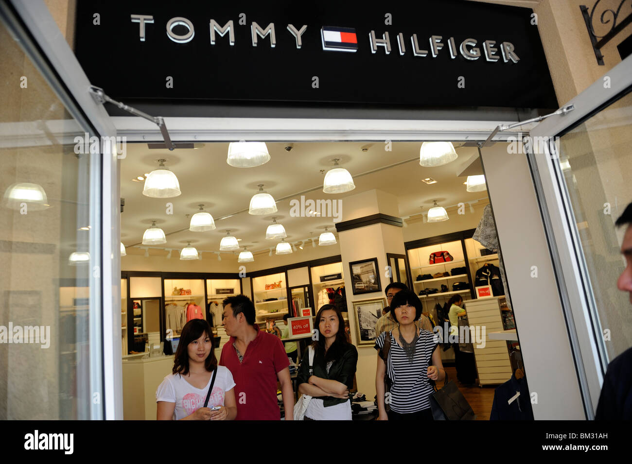 liderazgo torpe Menos  Chinese shopping at a Tommy Hilfiger store at Beijing Scitech Premium Stock  Photo - Alamy