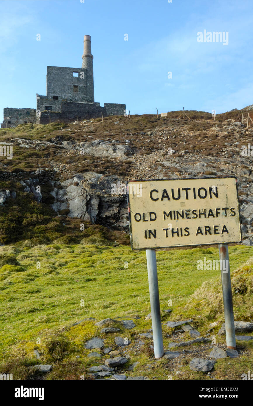 Allihies: Mountain Mine Man engine house and notice. 'Caution old mineshafts in this area' - Stock Image