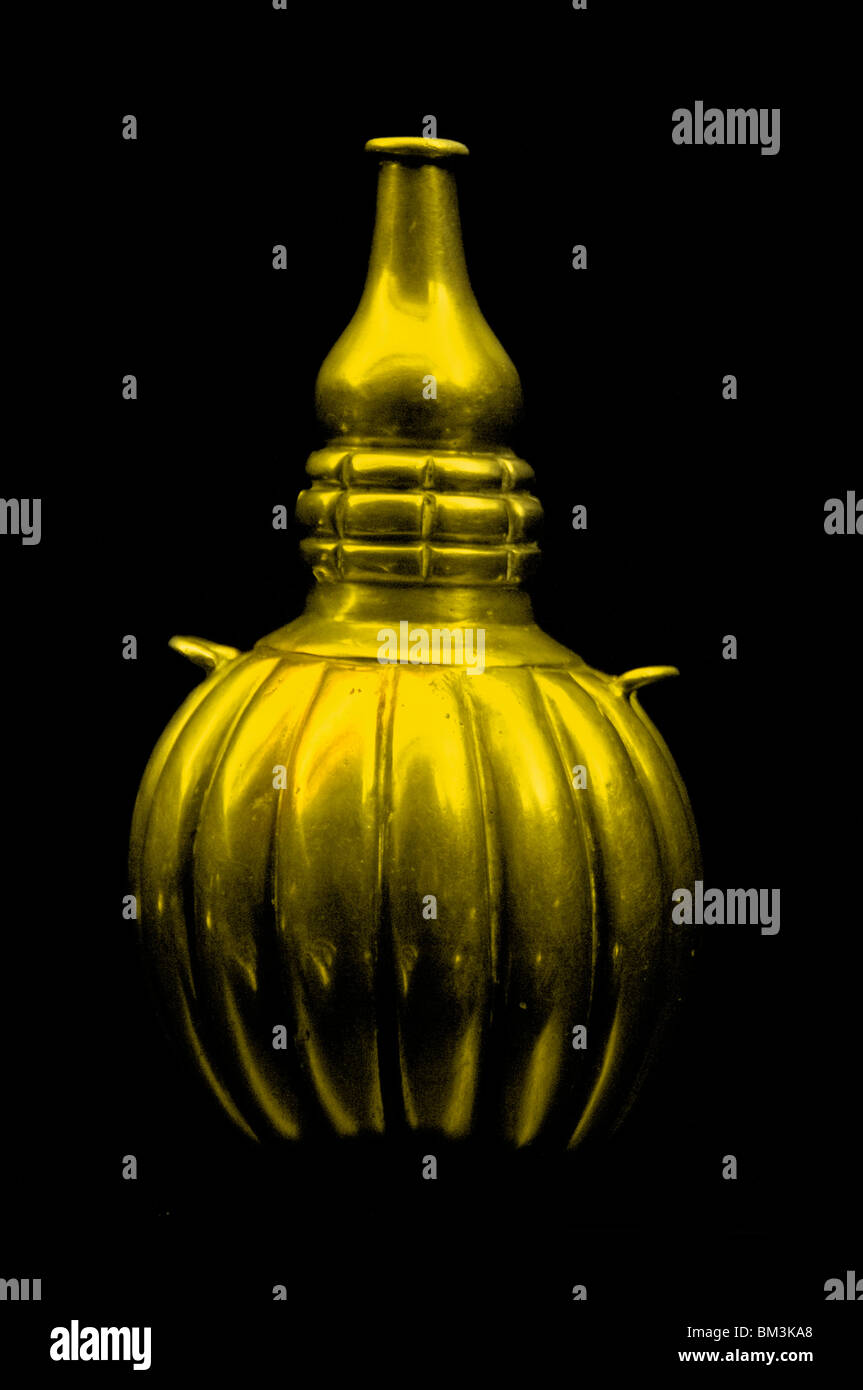 Treasure Gold vase Quimbayar from Colombia Colombian  200 and 1000 AD - Stock Image