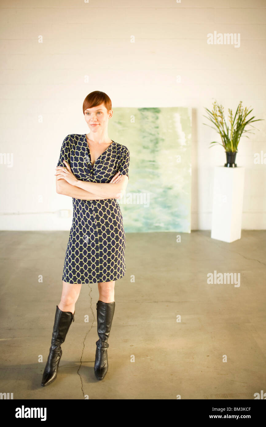 Woman in modern art gallery - Stock Image
