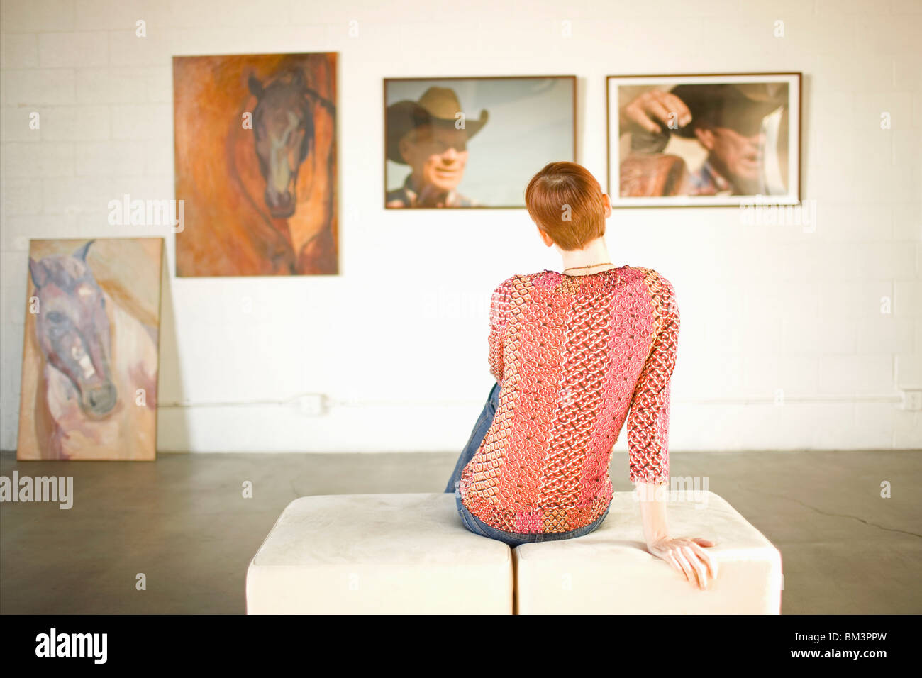Woman in art gallery - Stock Image