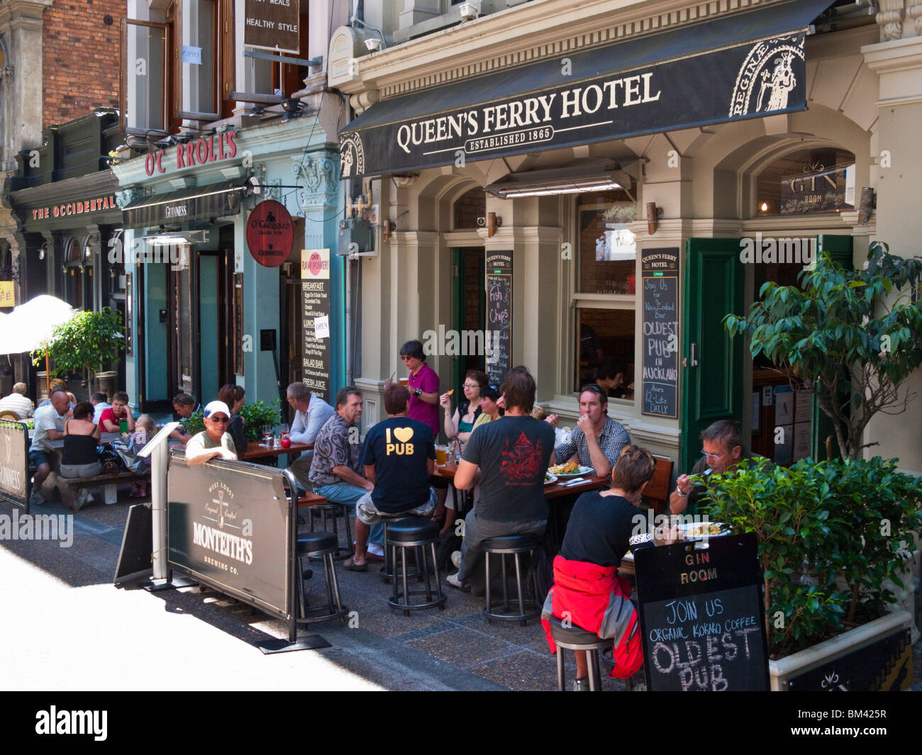 Lunchtime diners at the Queen's Ferry Hotel on Vulcan Lane. Auckland, North Island, New Zealand Stock Photo