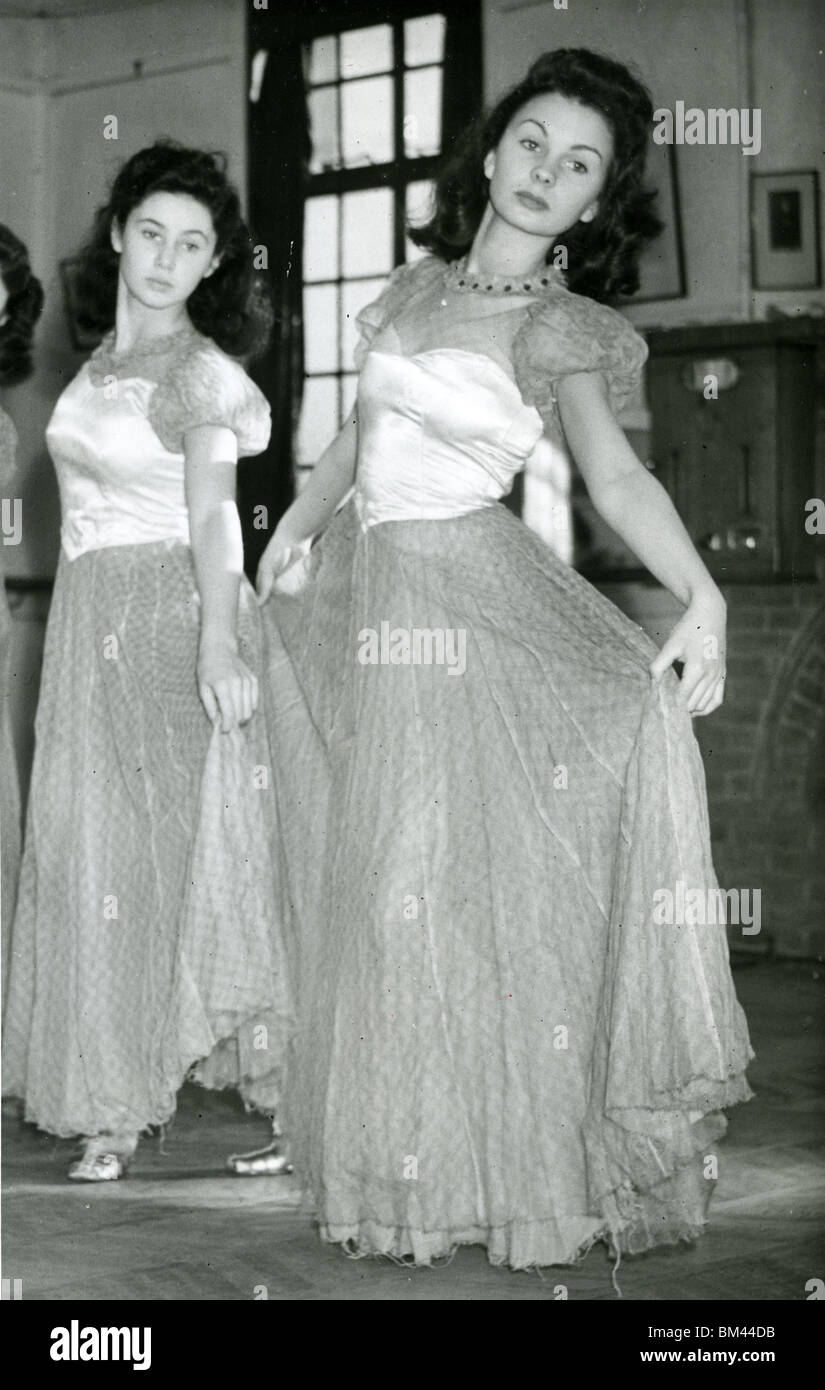 JEAN SIMMONS - UK film actress (right) at the Aida Foster Dance School in 1943 Stock Photo