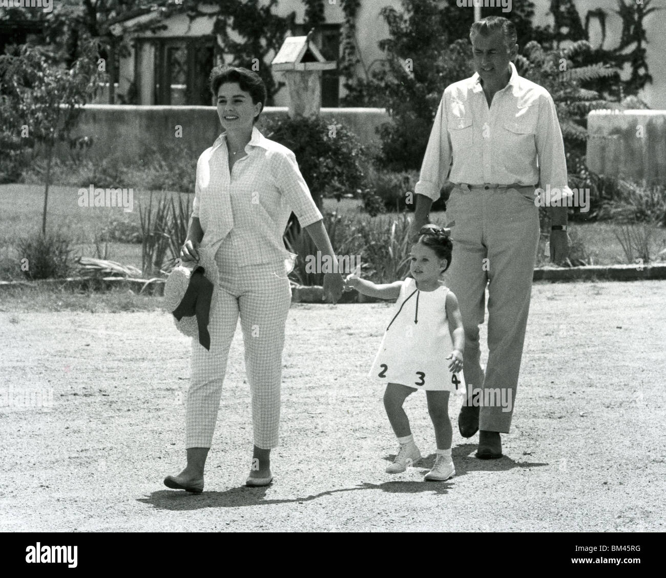 JEAN SIMMONS - UK film actress and husband Stewart Granger about 1956 at their Tuscon, Arizona,  ranch home with - Stock Image