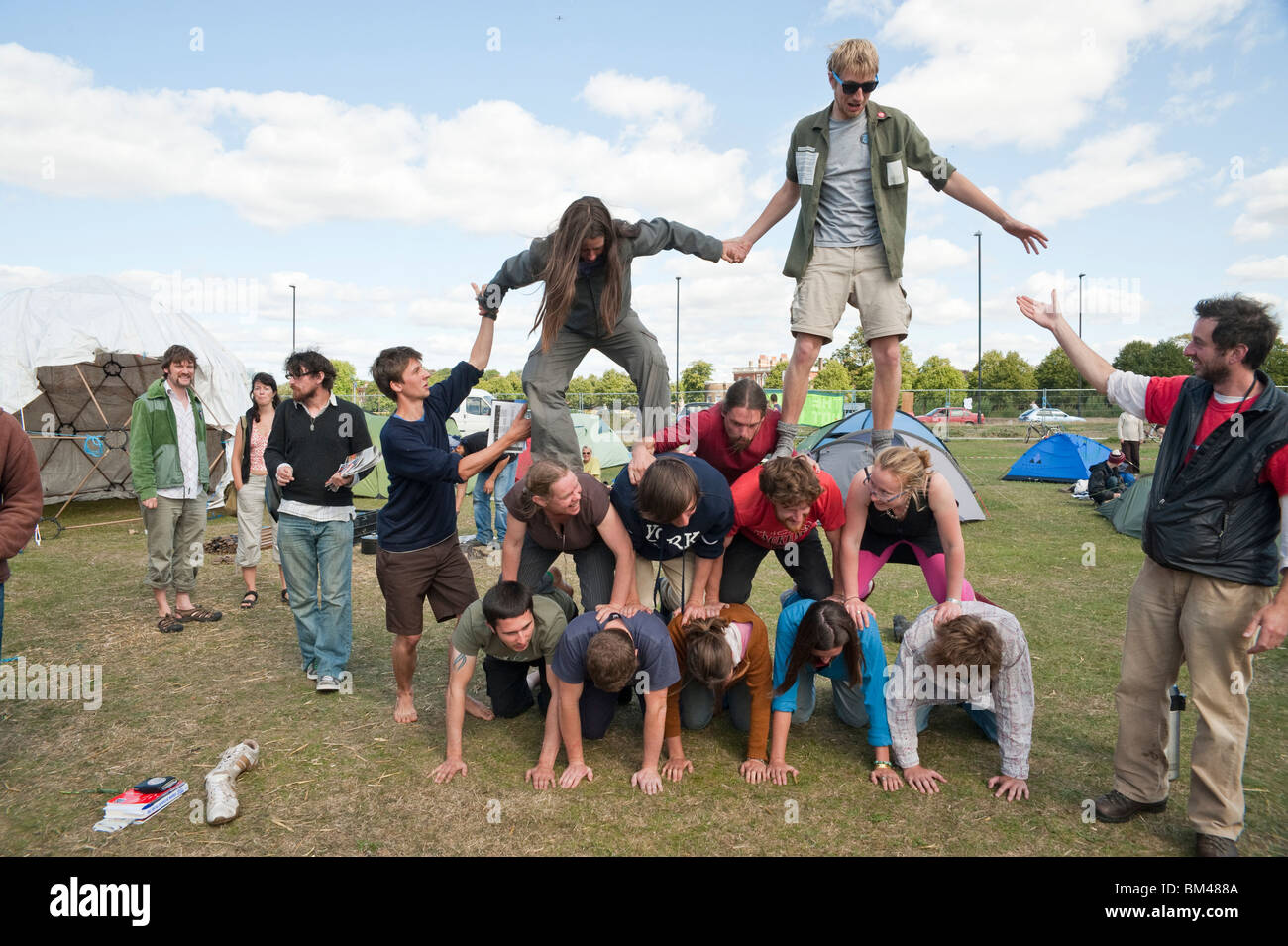 Human Pyramid Stock Photos & Human Pyramid Stock Images - Alamy