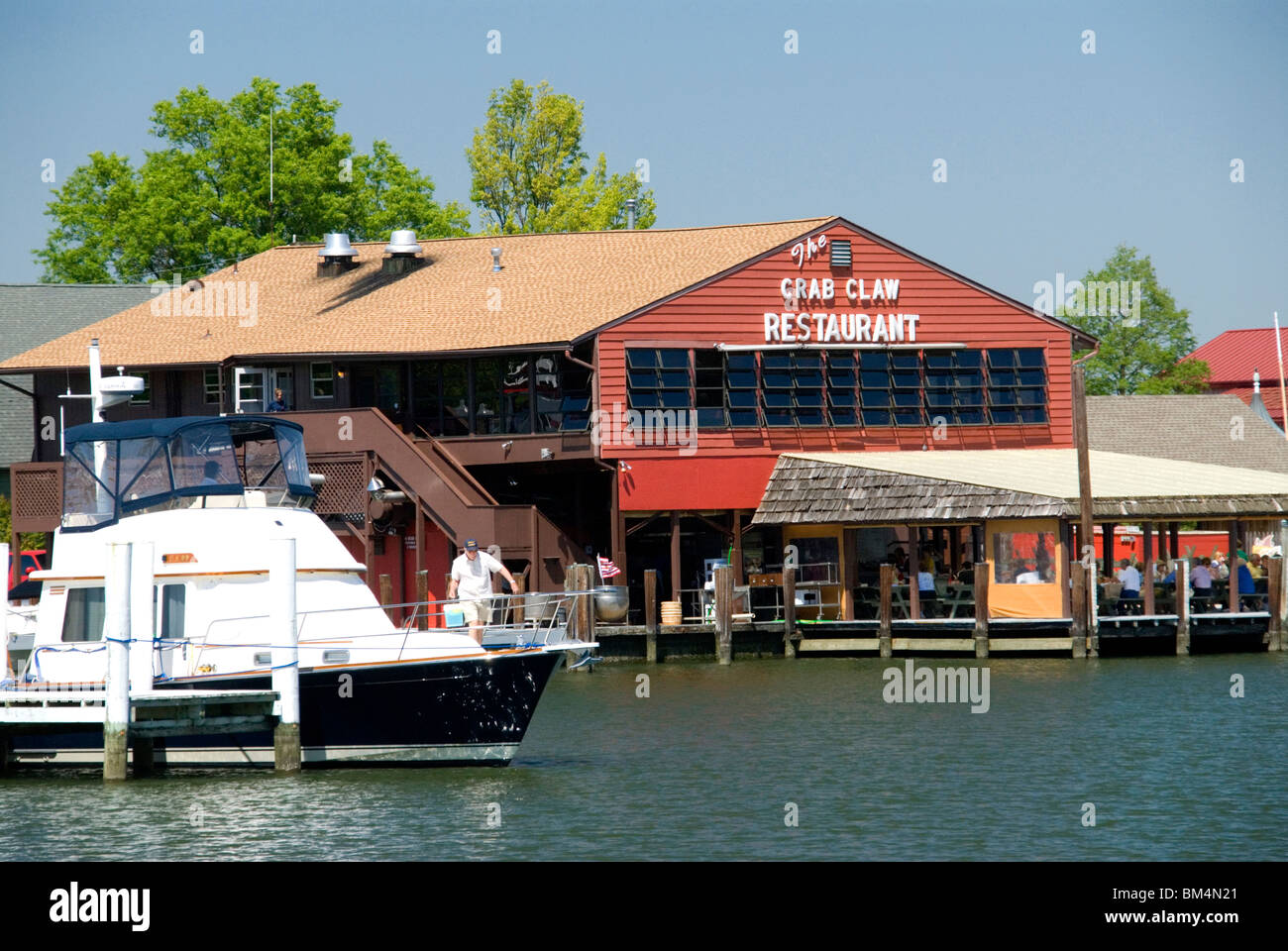 Diners eating Chesapeake Bay crabs at The Crab Claw Restaurant St Michaels Chesapeake Bay Maryland MD USA - Stock Image