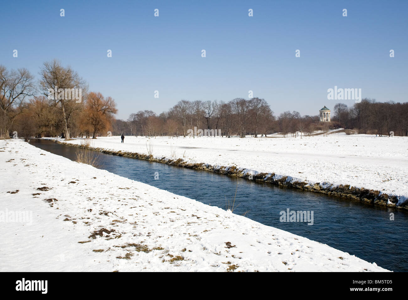 The river Eisbach runs through the Englischer Garten in Central Munich, Germany. - Stock Image