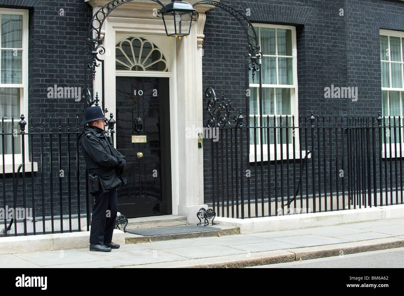 10 downing street with london bobby stock photo 29643210 alamy. Black Bedroom Furniture Sets. Home Design Ideas