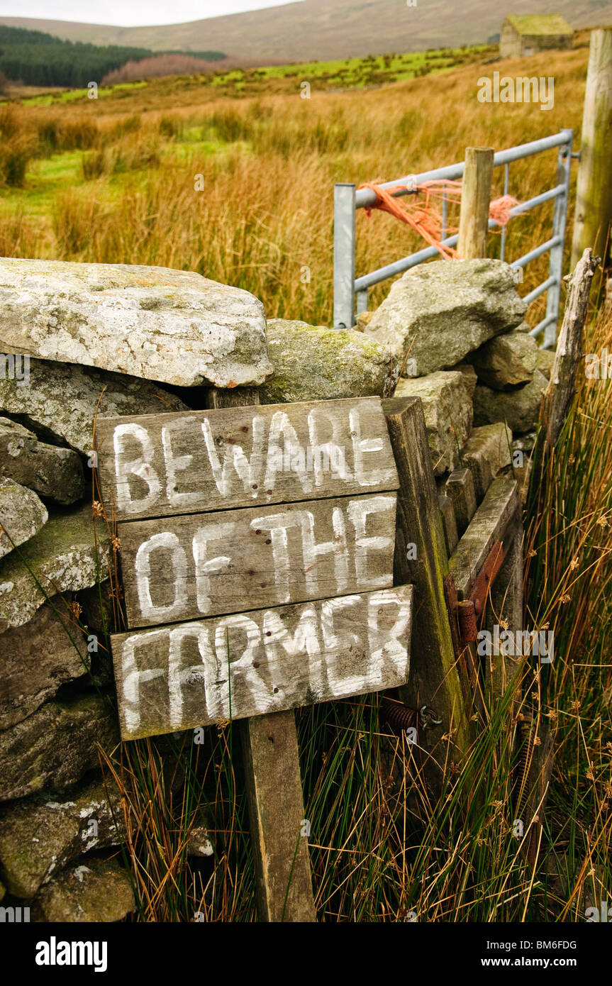 """""""Beware of the Farmer"""" notice in the Yorkshire Dales National Park, UK - Stock Image"""