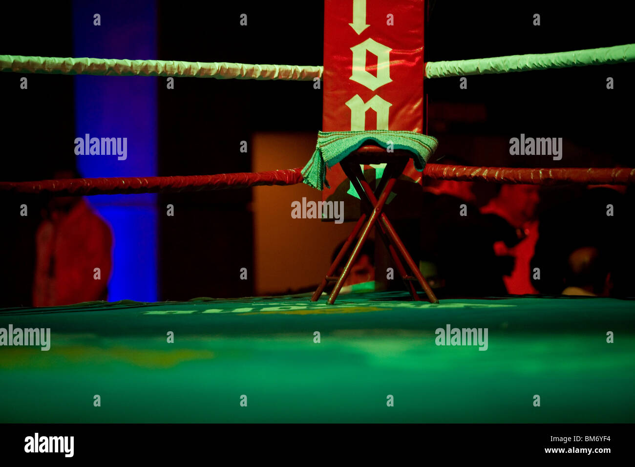 An empty chair sits in the corner of a boxing ring before a bout in Mexico City, September 30, 2009. - Stock Image