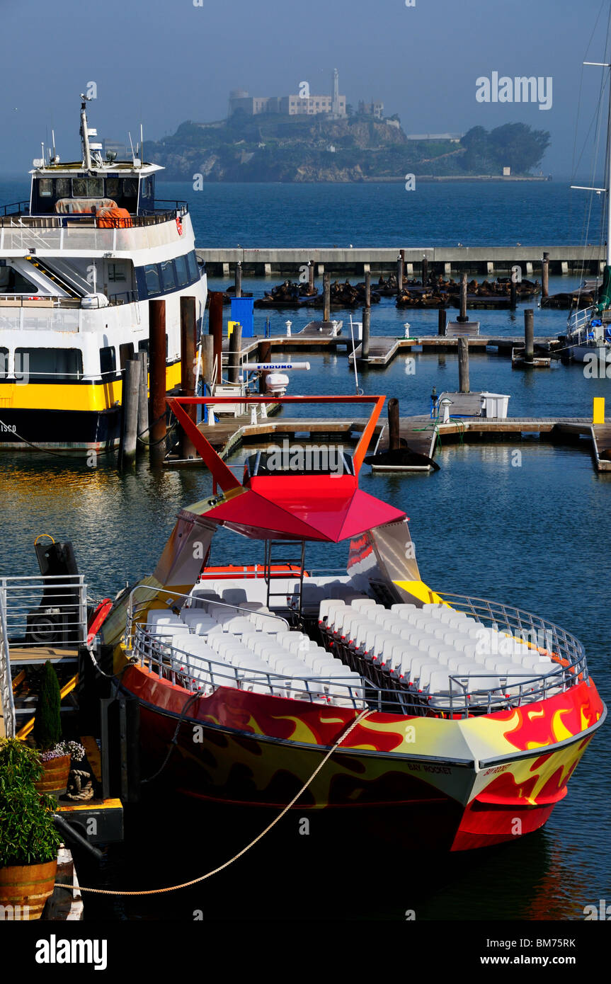 Tour boats at the Fisherman's Wharf, San Francisco, California, USA. Alcatraz Island in the background. - Stock Image