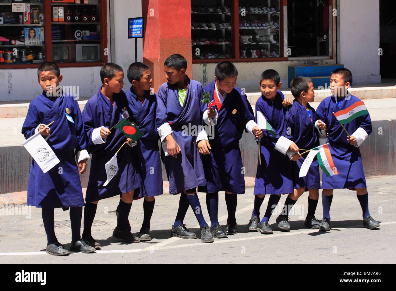 Bhutanese schoolboys welcoming delegates of SAARC conference, Thimphu, April 2010 - Stock Image