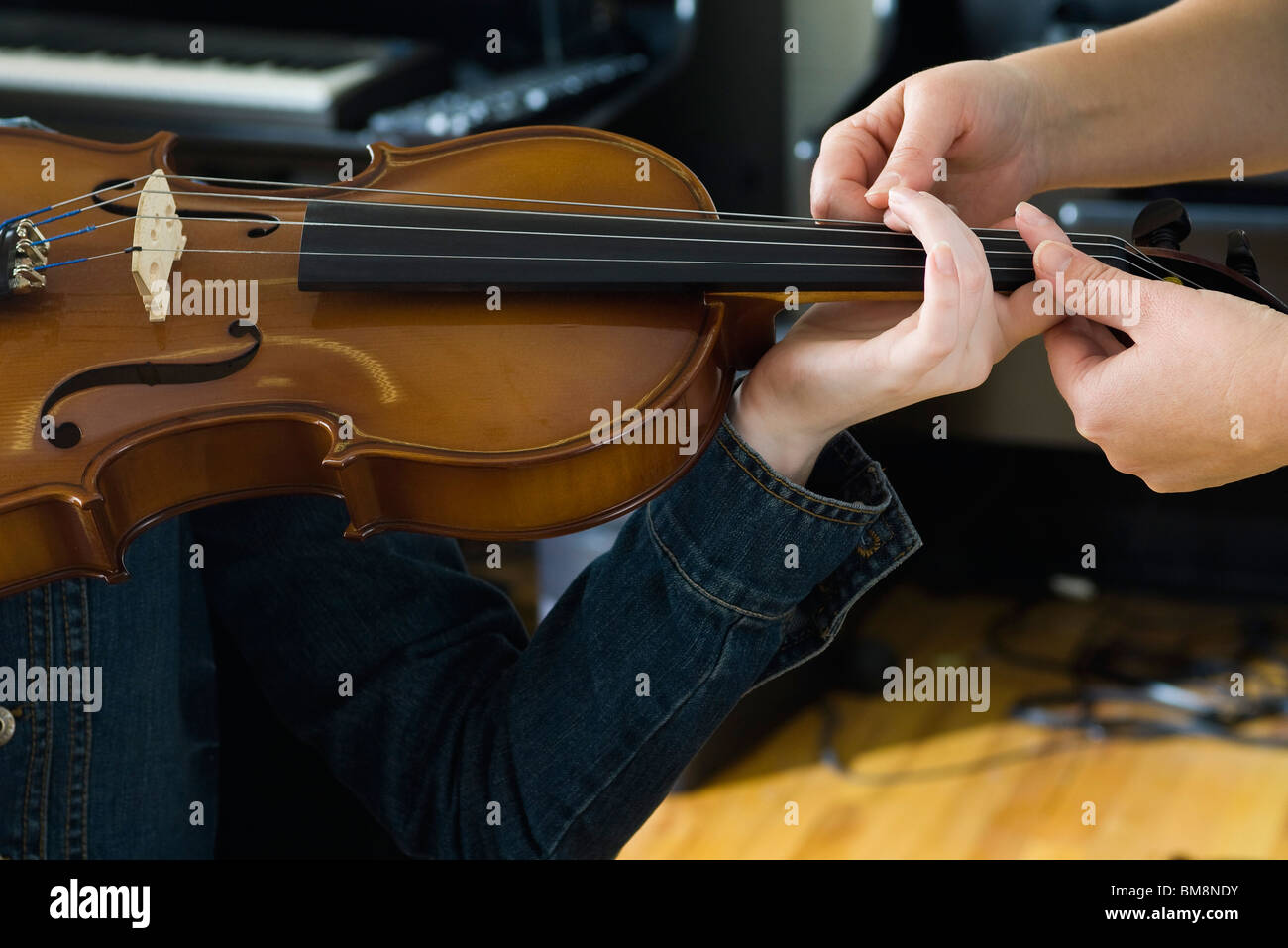 Learning to play the violin - Stock Image