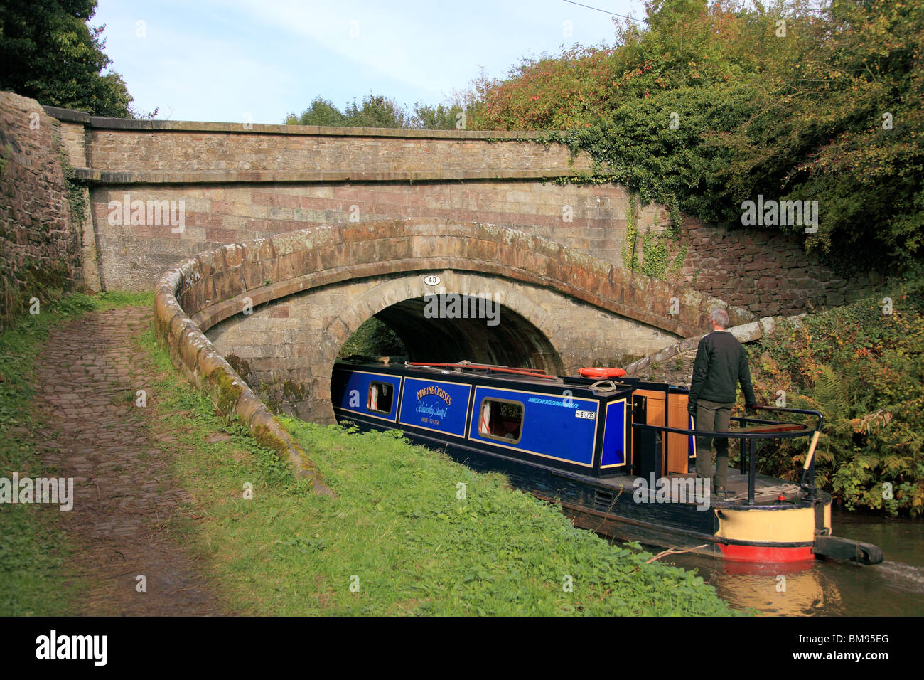 Foden Bank bridge, no. 43, on the Macclesfield Canal, by Macclesfield, a fine example of a snake (or turnover) bridge - Stock Image