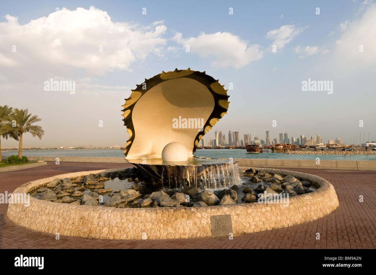 Elk205-1004 Qatar, Doha, Al Corniche, Pearl Monument with city skyline behind - Stock Image