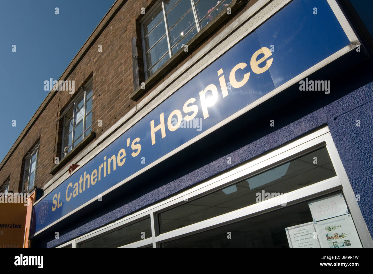 charity hospice shop shops raising money for cancer hospice hospices volunteer volunteering volunteers donate donating - Stock Image