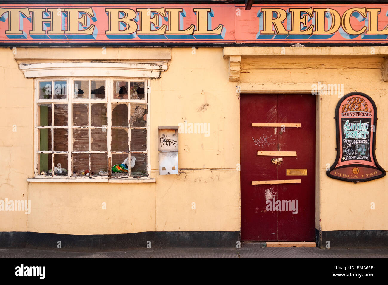 Derelict pub, 'The Bell' (1752), Redcliffe, Bristol, England, UK, closed by Birmingham-based Enterprise - Stock Image