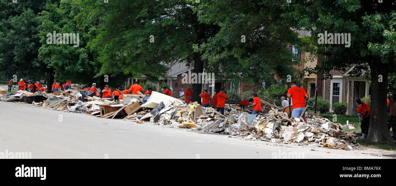 Volunteers from Service International, Inc. clean up debris left by the Nashville flood in the Nashville suburb - Stock Image