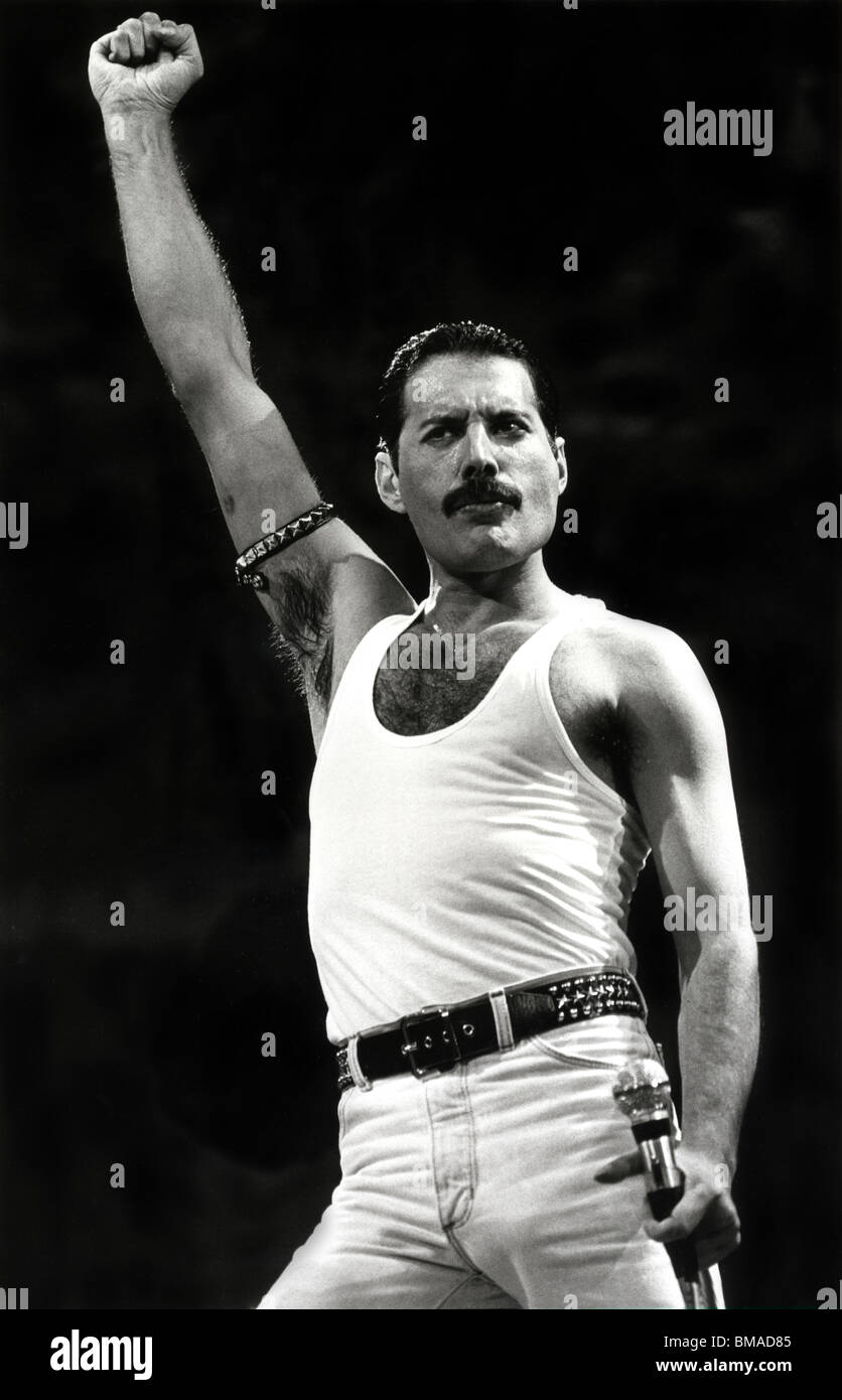 Freddie Mercury stealing the show at Live Aid in July 1985 - Stock Image