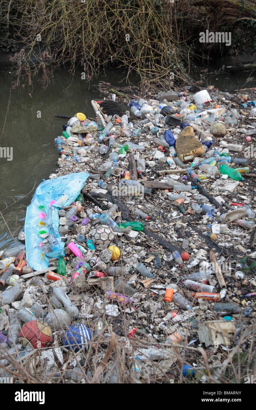 River pollution in the River Brent in Brentford, Middx, UK.  Jan 2010 - Stock Image