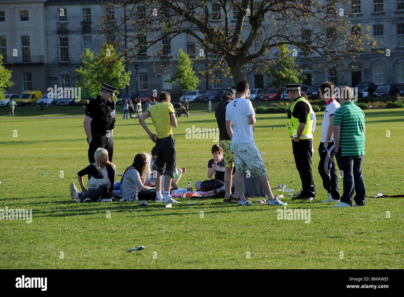 Police caution youths drinking in the park - Stock Image