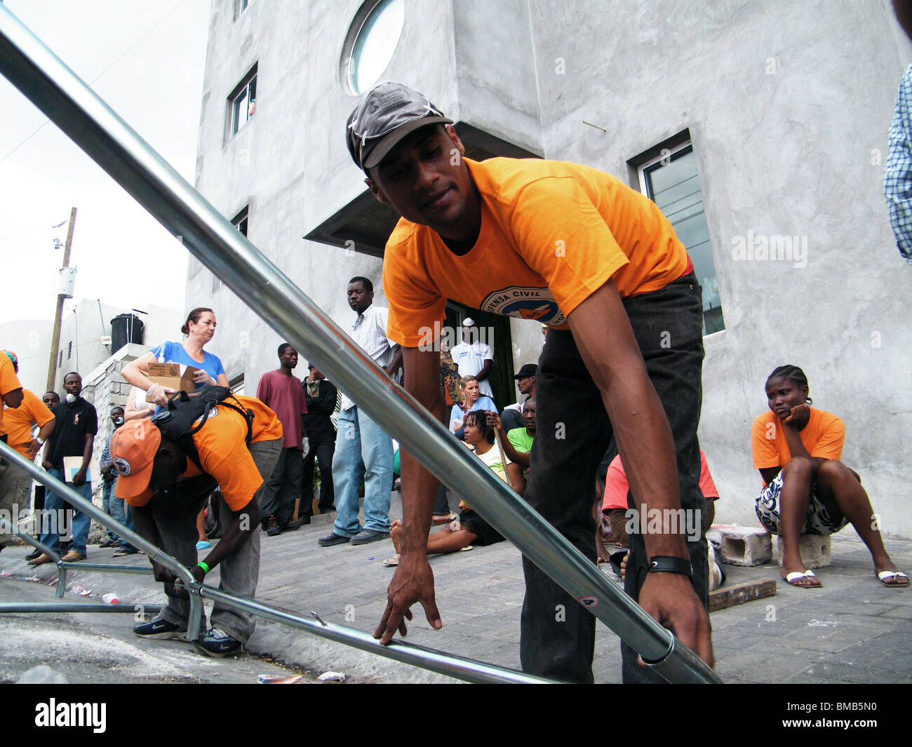 A Dominican aid team erects a medical tent outside a hospital in Port au Prince after the Haiti earthquake - Stock Image
