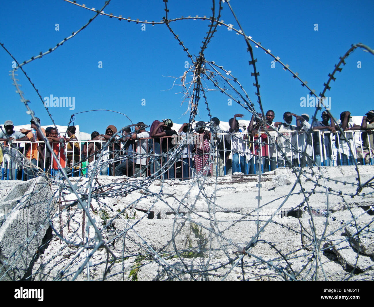 Survivors of the Haiti earthquake wait for food and water in Port au Prince - Stock Image