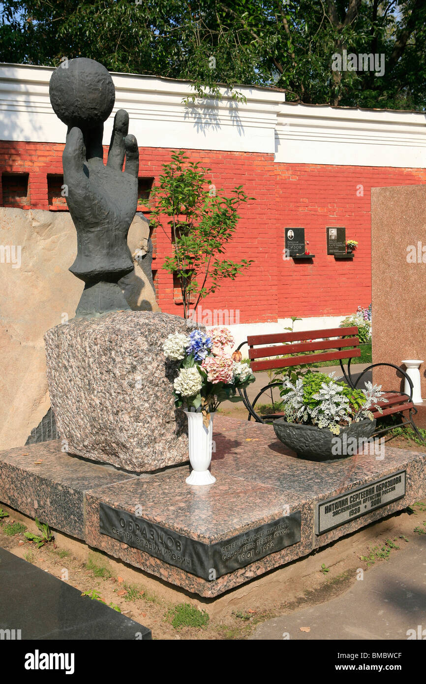 Grave of the Soviet and Russian puppet master Sergey Obraztsov at Novodevichy Cemetery in Moscow, Russia - Stock Image