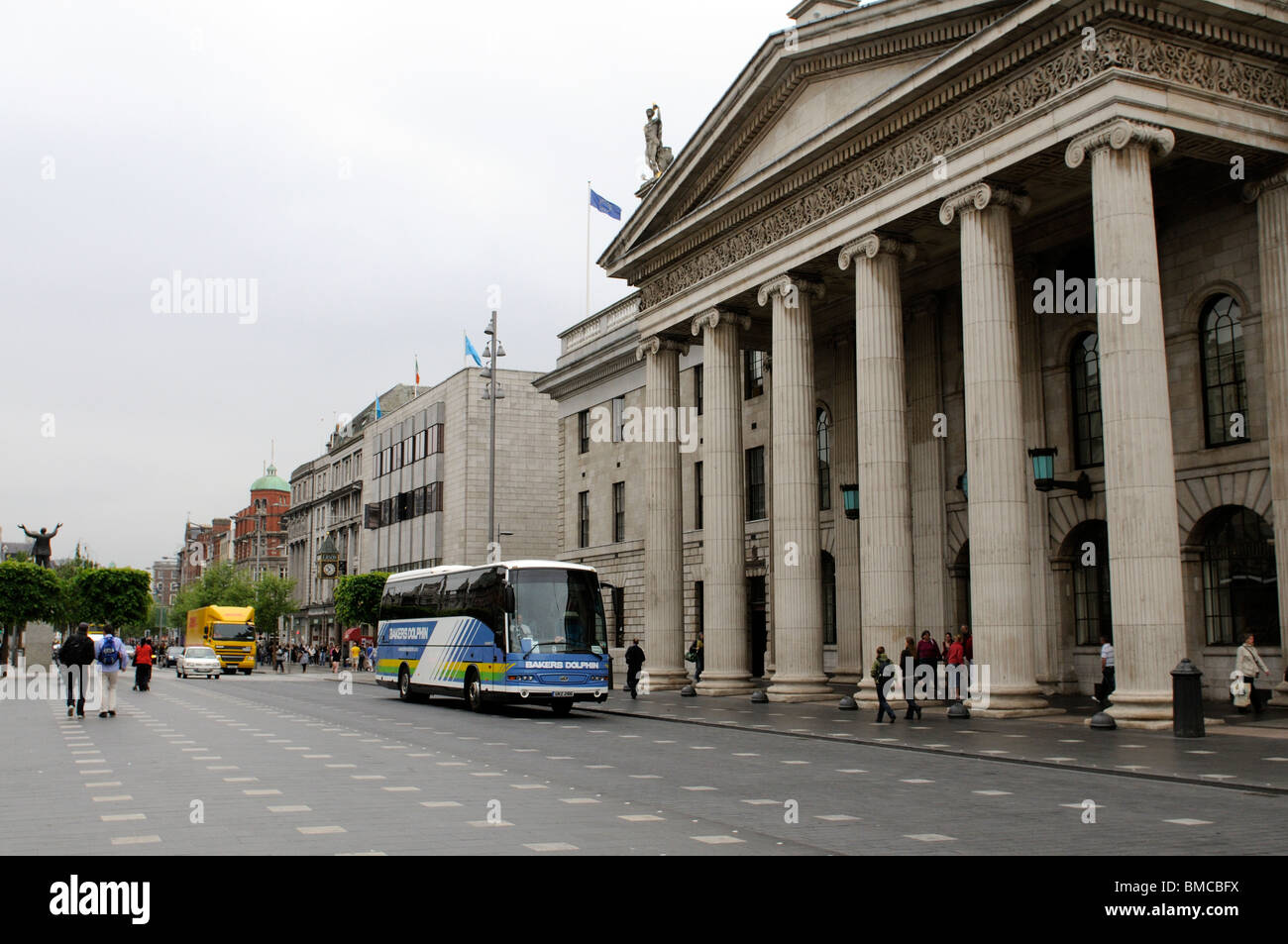 A Bakers Dolphin tour bus passing The General Post Office in O'Connell Street Dublin Ireland. bakers Dolphin - Stock Image