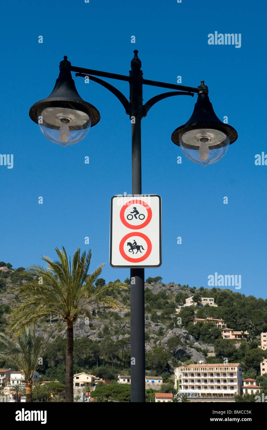 A stylized lamppost on the port of Soller sea front (Majorca - Spain). Lampadaire stylisé sur le front de mer - Stock Image