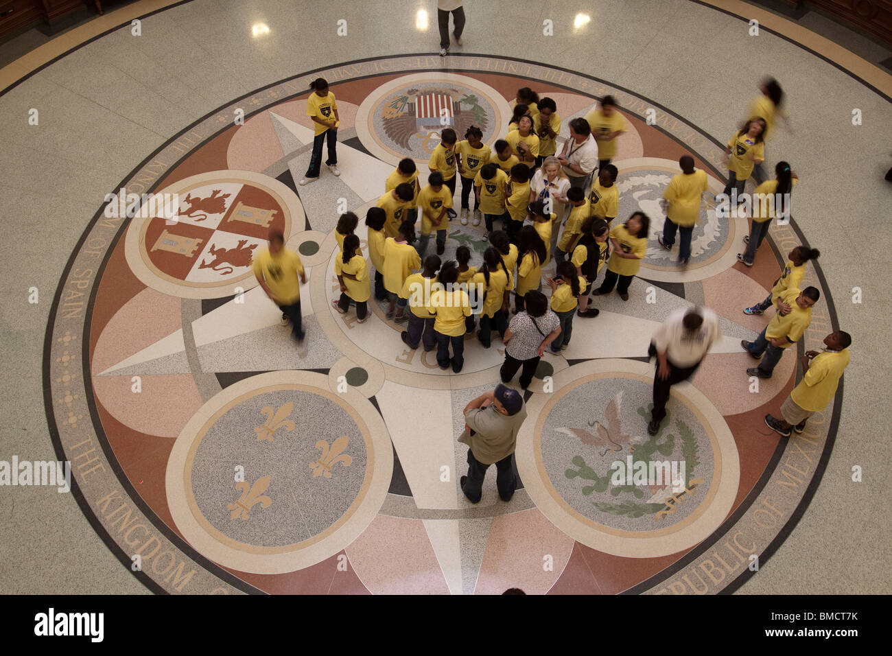 School children looking at middle seal on floor of Texas state capitol building rotunda in Austin - Stock Image