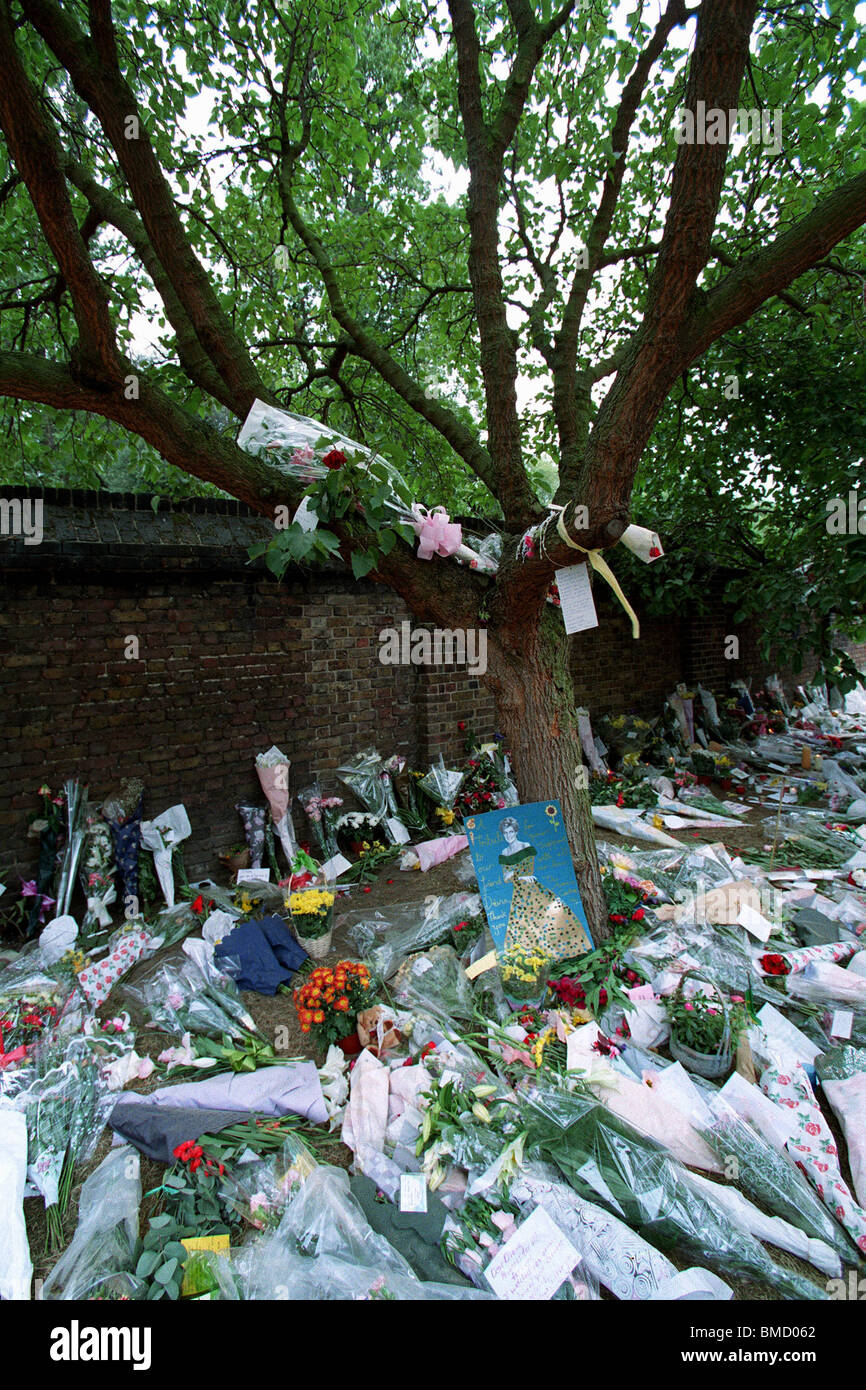 FLORAL TRIBUTES TO DIANA OUTSIDE KENSINGTON PALACE 14 September 1998 - Stock Image