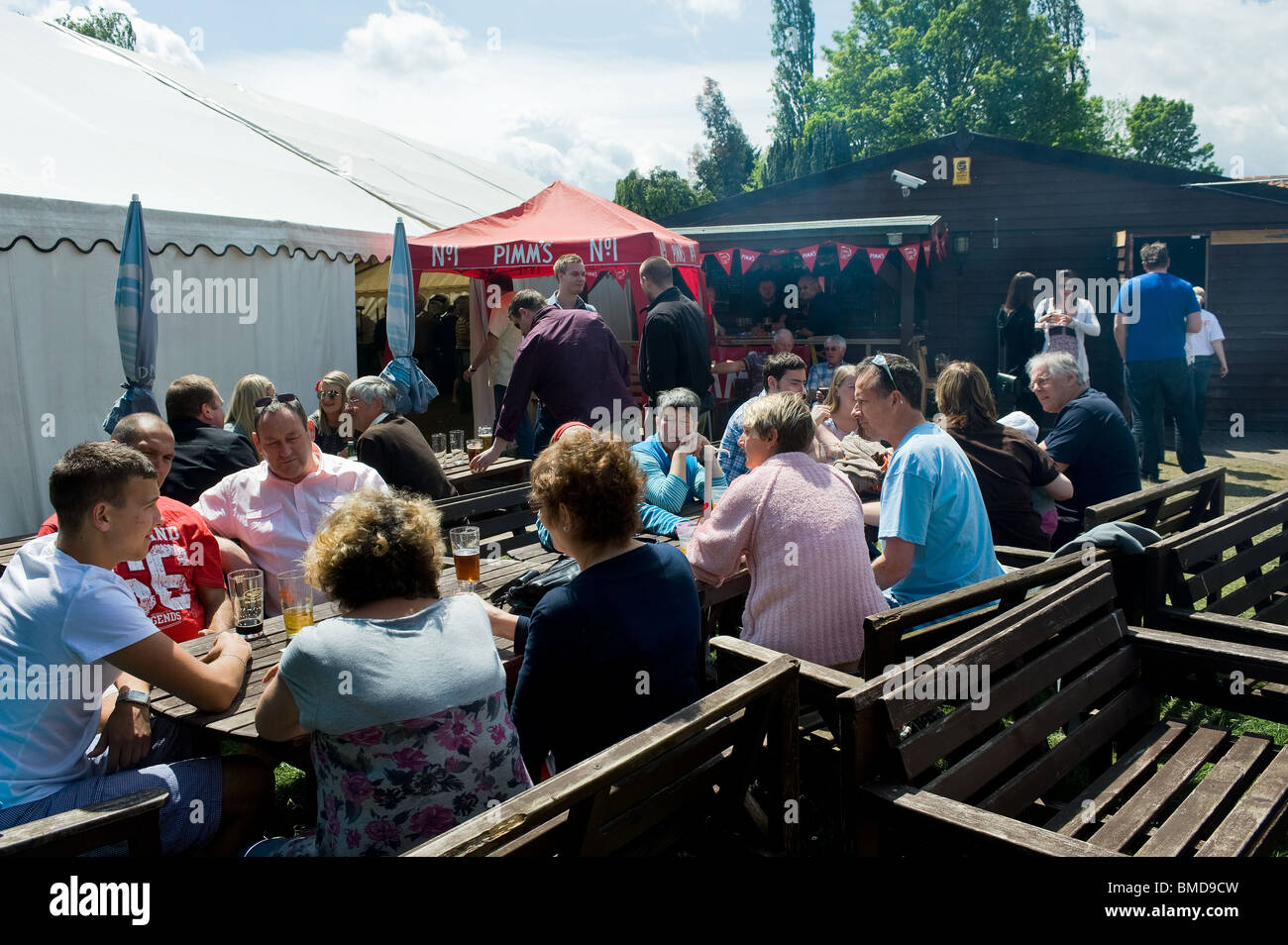 Customers sitting in a pub garden in Essex.  Photo by Gordon Scammell - Stock Image