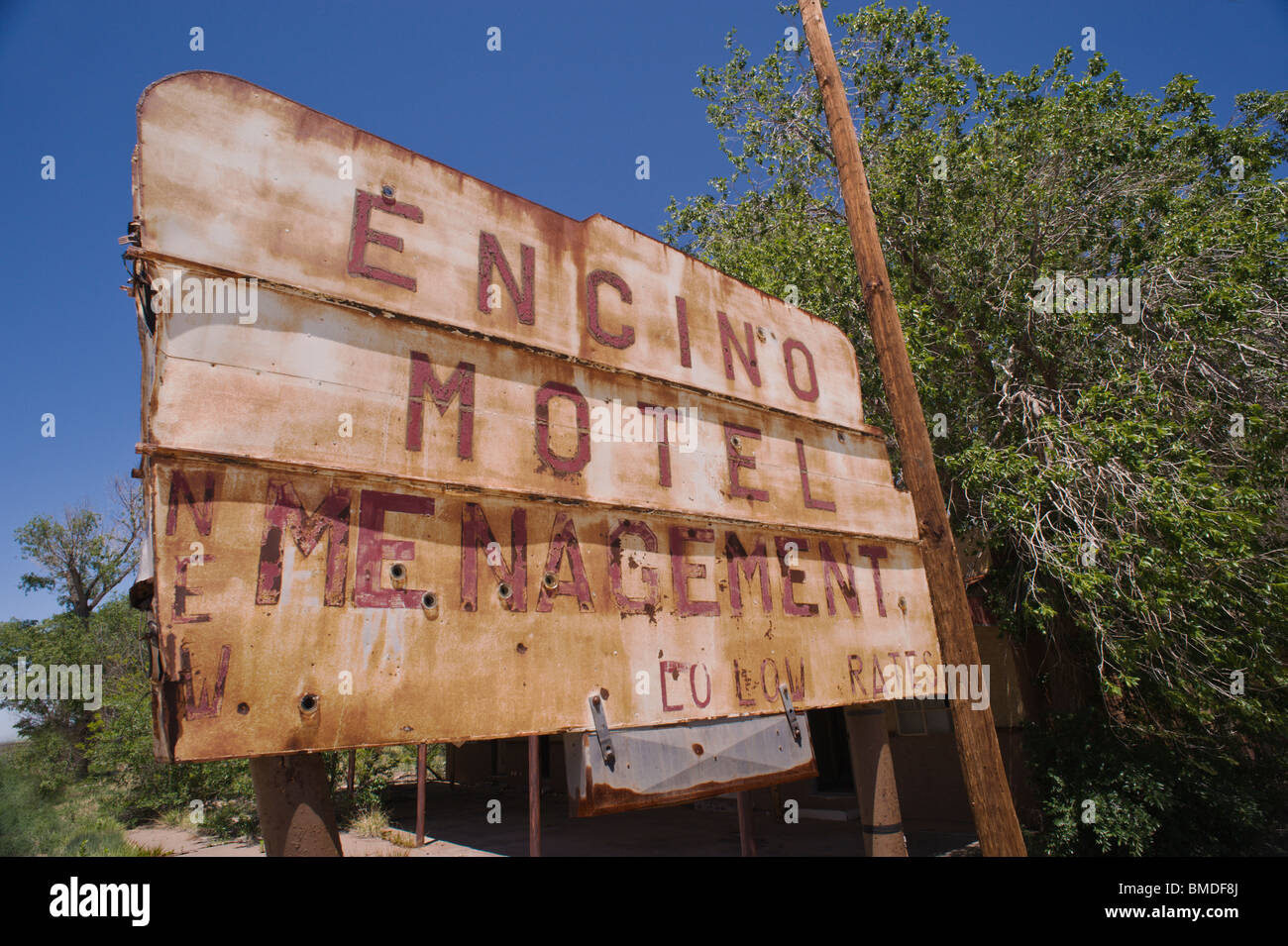 The dilapidated Encino Motel, once under New 'Menagement' and had lo low rates, now falls into ruin in Encino, - Stock Image