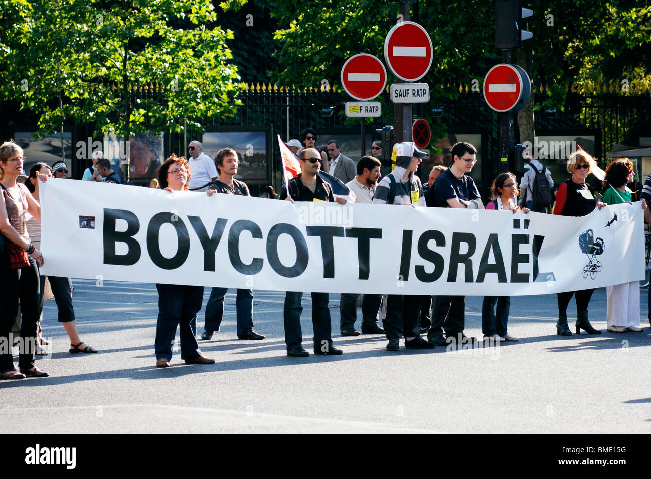 Demonstration in Paris to support the Irish-flagged Rachel Corrie carrying humanitarian aid to Gaza. Stock Photo