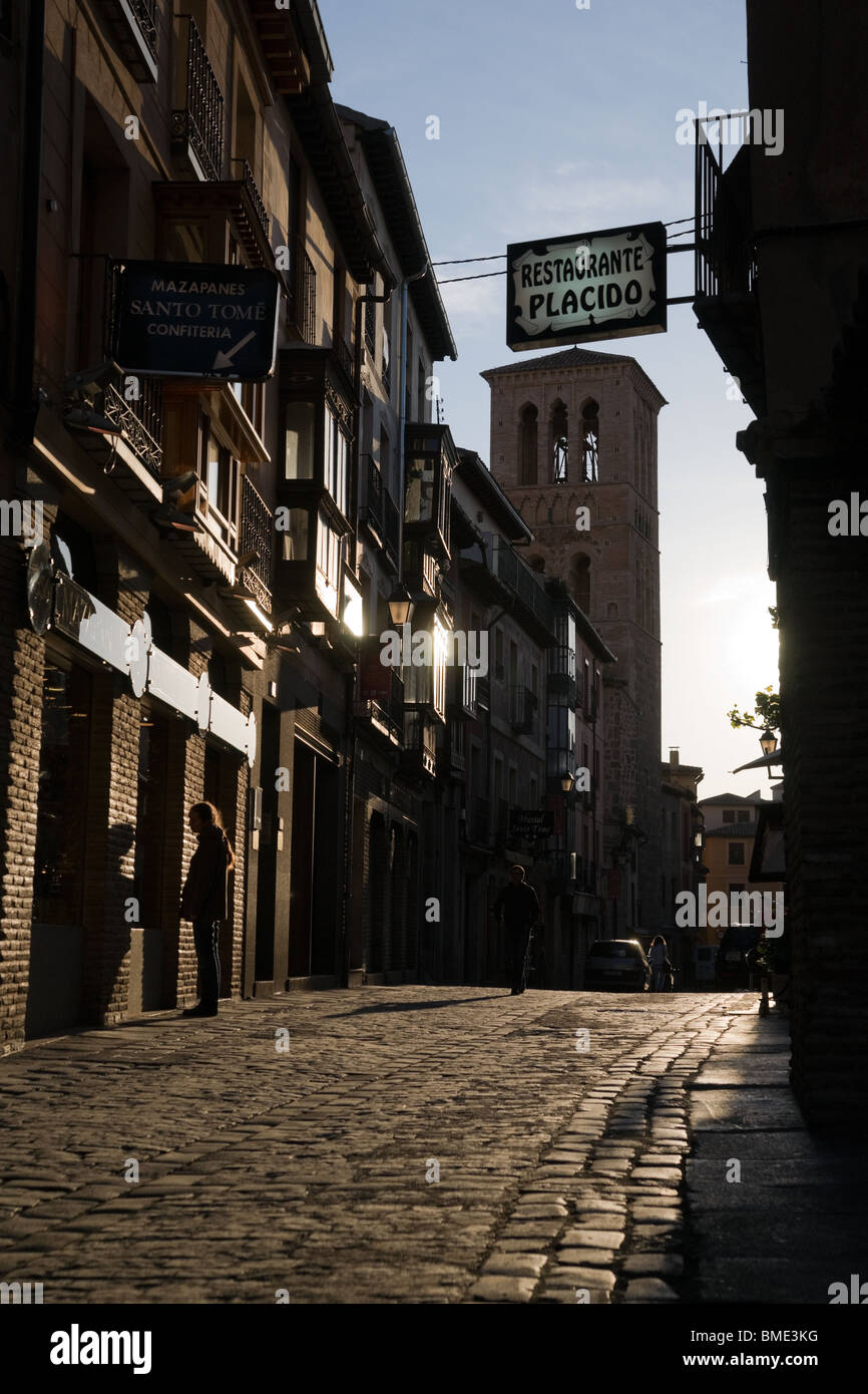 Calle del Ángel street with tower of Iglesia de Santo Tomé in Toledo, Spain - Stock Image